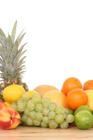 bounty: lotes de diversas frutas frescas aisladas en blanco Foto de archivo