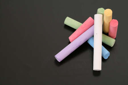 close-up di lavagna e gessi colorati