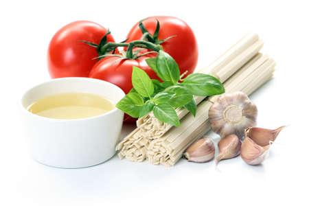 aceite de oliva: ingredientes para hacer deliciosos spaghetti - alimentos y bebidas Foto de archivo