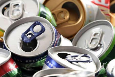 짓 눌린: background of empty cans - recycling idea