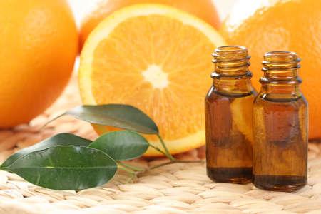 medicina natural: botellas de aceites esenciales y algunas naranjas Resh