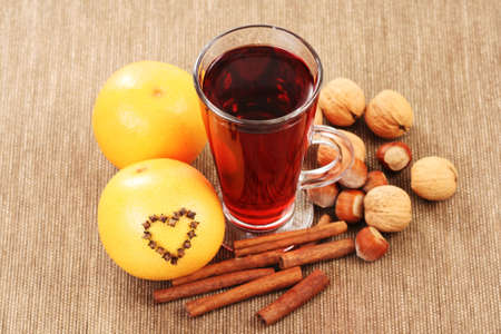 vin chaud: verre de vin chaud � l'orange et les �pices Banque d'images