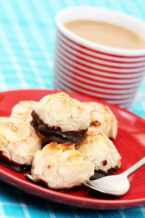 plaque de massepain et de truffes tasse de caf� - des aliments et des boissons Banque d'images - 4212920