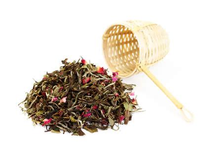 wei�er tee: Haufen wei�er Tee mit Rosenbl�ttern auf wei� - Tee-Zeit