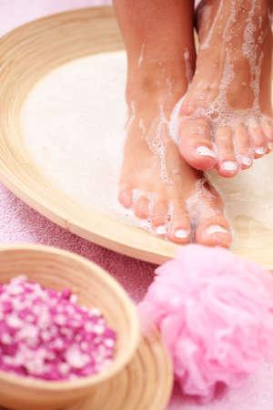 pies sexis: ba�o relajante para los pies - un tratamiento de belleza Foto de archivo