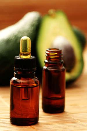 avocado: bottiglia di avocado olio essenziale - trattamento di bellezza Archivio Fotografico