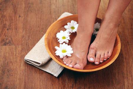 pedicure: bagno rilassante per i piedi - trattamento di bellezza Archivio Fotografico