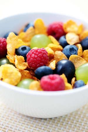 corn flakes: bol rempli de flocons de ma�s avec des fruits - R�gime alimentaire et petit-d�jeuner Banque d'images