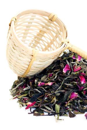 wei�er tee: Stapel von wei�em Tee mit rose Bl�tenbl�tter auf wei� - Tee-Zeit