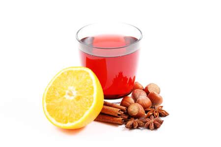 vin chaud: verre de vin chaud et diverses �pices sur blanc - nourriture et boisson