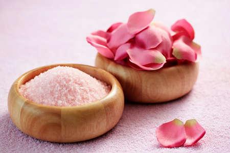 puchar różowy sól do kąpieli z różowymi płatkami róży - zabiegi kosmetyczne