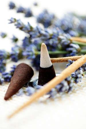 incienso: conos de incienso y flores de lavanda - Aromaterapia Foto de archivo