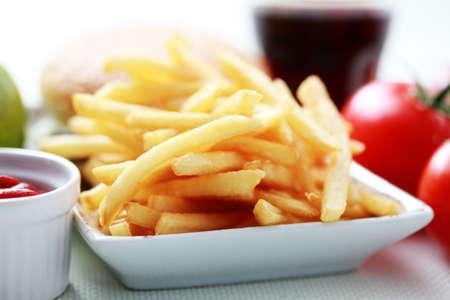 papas fritas: papas fritas franc�s y algunos hamburguesa - alimentos y bebidas Foto de archivo