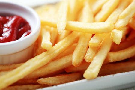 papas fritas: acercamientos de patatas fritas y salsa de tomate - comida y bebida