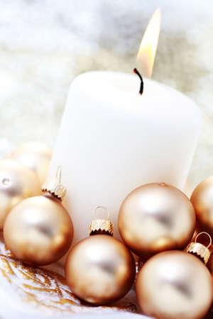 velas de navidad: Vela de Navidad con bolas de oro - tiempo de Navidad Foto de archivo