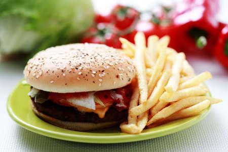 comida chatarra: cheeseburger de tiempo de almuerzo y papas fritas - comida y bebida