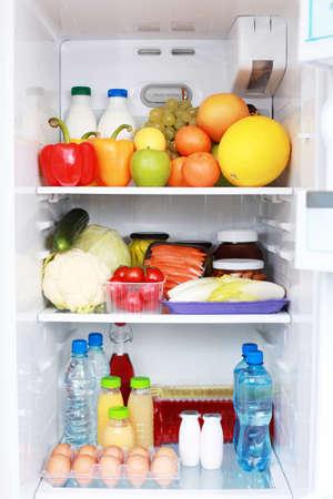 nevera: refrigerador lleno de saludable comer - comida y bebida