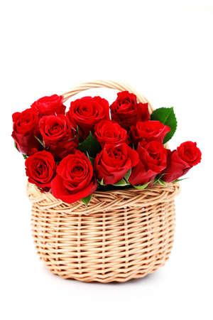 Korb voll von roten Rosen auf weißen Hintergrund - Blumen und Pflanzen