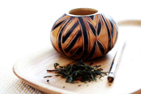 yerba mate: calabash tradicional y yerba mate - tiempo de t� Foto de archivo