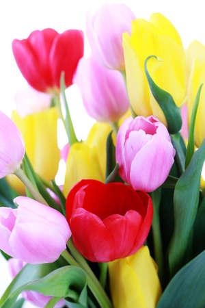 花瓶里装满了五颜六色的郁金香花和植物