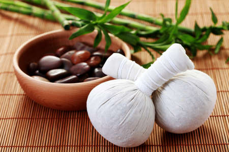 Massage stempels en keien lucky bamboe - schoonheid behandeling Stockfoto