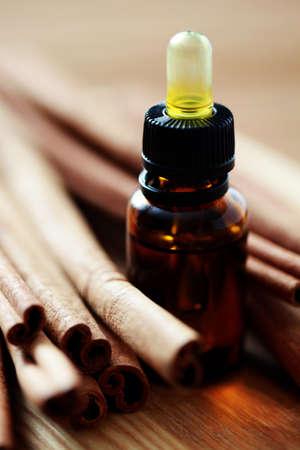 homeopatia: botella de aceite esencial de canela - tratamiento de belleza
