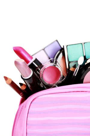 productos de belleza: todo lo que necesita tener maquillaje encantadora sobre blanco - tratamiento de belleza Foto de archivo