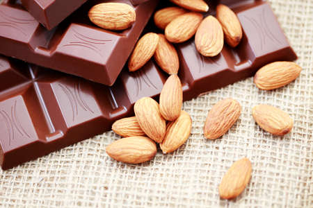 крупные планы: close-ups of chocolate with almonds - sweet food Фото со стока