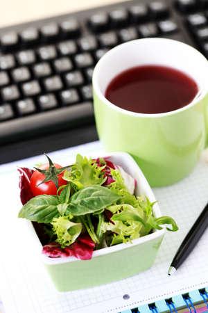 Lunch-Zeit im Büro - Essen und trinken Lizenzfreie Bilder - 7100459