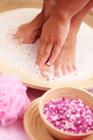 femme baignoire: bain relaxant pour pieds - soins de beaut�