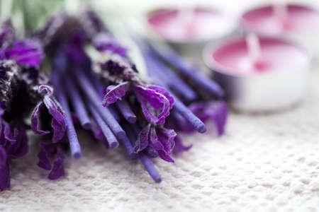 bâtonnets de lavande encens avec des fleurs fraîches - soins de beauté