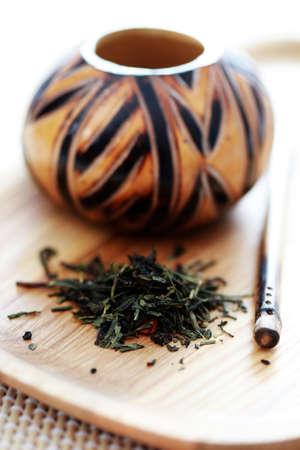 yerba mate: porongo tradicional y yerba mate - tiempo de t�  Foto de archivo