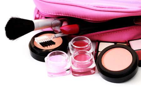 productos de belleza: todo lo que necesita tener el maquillaje encantadora sobre blanco - tratamiento de belleza Foto de archivo