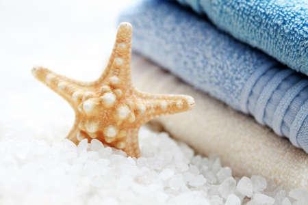 fish star: ba�o de sal con la estrella de peces y la pila de toallas frescas - tratamiento de belleza