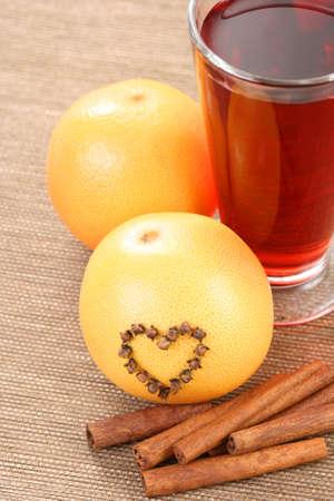 vin chaud: verre de vin chaud avec orange et �pices