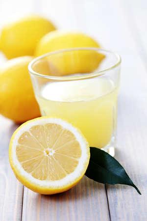 limonada: vaso de jugo de lim�n fresco con frutas frescas - comida y bebida