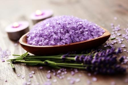 Schüssel mit Lavendel Badesalz - Beauty-Behandlung Standard-Bild