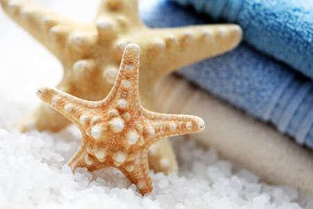 fish star: sal de ba�o con peces estrellas y la pila de toallas frescas - tratamiento de belleza