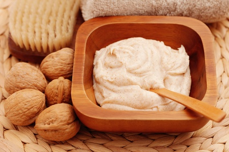 walnut body scrub with some walnuts - beauty treatment Banque d'images