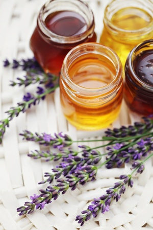 herbal honey in jar with fresh flower - sweet food Banque d'images