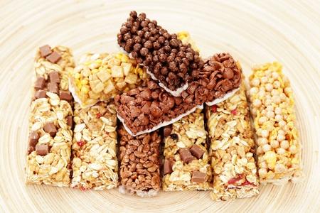 barra de cereal: varias barras de granola - dieta y desayuno