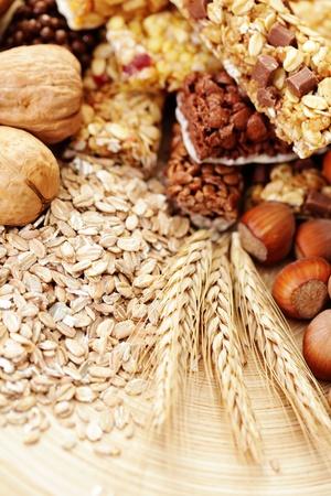 barra de cereal: barras de granola delicioso y saludable con algunos frutos secos - dieta y desayuno