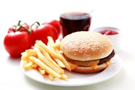 Mittag Cheeseburger und Pommes Frites Französisch - Speis und Trank