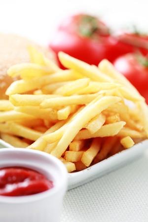 Französisch frites und einige Burger - Essen und Trinken