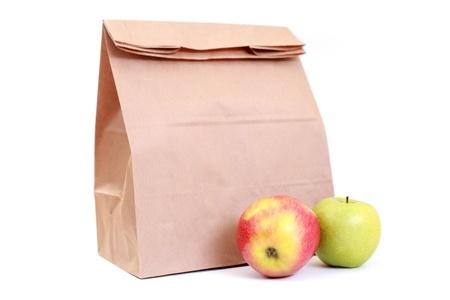 Papier Lunch Bag mit frischen Äpfeln auf Weiß - Essen und trinkenFrüchte im Fokus  Lizenzfreie Bilder