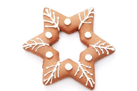galletas de navidad: pan de jengibre estrella sobre fondo blanco - alimentos dulces