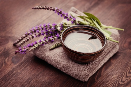 bowl of water and fresh sage - beauty treatment Banque d'images