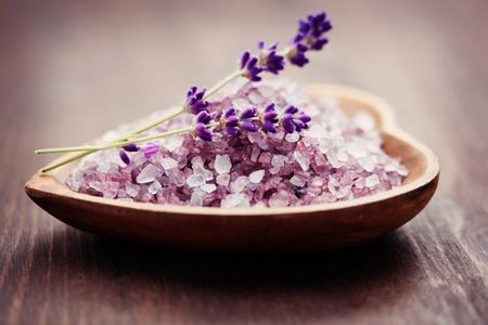 bowl of lavender bath salt with fresh flowers - beauty treatment Banque d'images