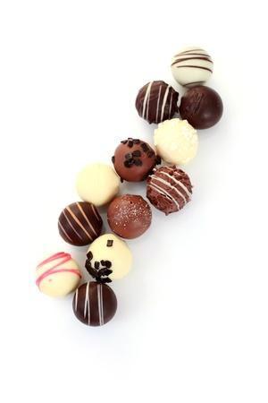 Verschiedene Pralinen auf weißem Hintergrund - süße Speisen Standard-Bild - 10823927