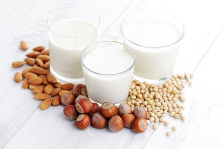 verschillende veganistische melk - eten en drinken Stockfoto